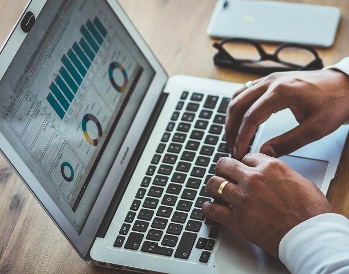 laptop i wykresy